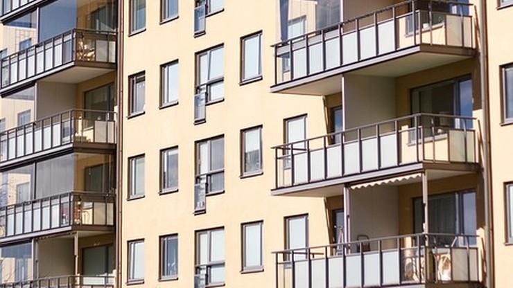 Dwulatka zamknęła mamę na balkonie. Kobietę uwolnili strażacy