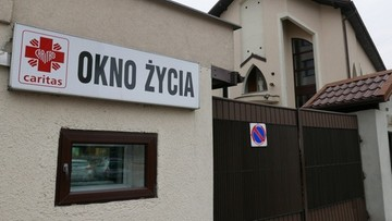 """Noworodek pozostawiony w """"oknie życia"""" w Sosnowcu. Miał jeszcze pępowinę"""