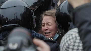 Policjant z całych sił kopie kobietę w brzuch. Tak tłumią protesty w Rosji